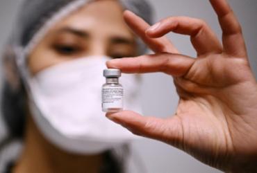 Anticorpos produzidos pós-vacina são menores em pessoas com 80 anos | AFP