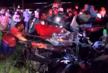 Duas pessoas ficam feridas após acidente entre caminhão e carro em Eunápolis
