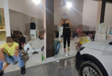 PM acaba com festa clandestina com mais de 100 pessoas em casa de eventos de Guanambi