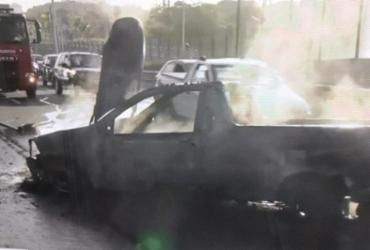 Carro pega fogo e deixa trânsito lento na avenida Paralela | Reprodução | TV Bahia
