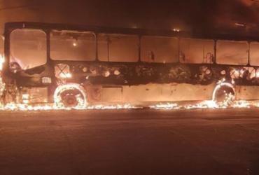 Incêndio deixa ônibus destruído em Itapuã | Reprodução | Redes Sociais