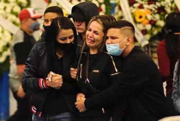 Familiares e fãs de MC Kevin se despedem do cantor em velório | Reprodução | Brazil News