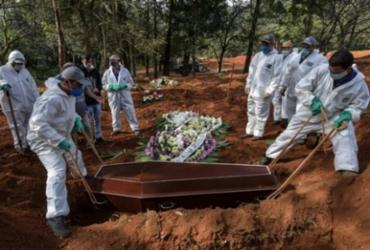 Média de mortes diárias por covid-19 cai 28% em um mês no país | AFP