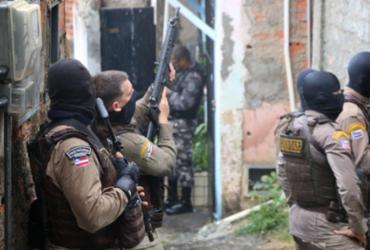 Após incidente, equipes da Rondesp fizeram cerco a suspeitos em imóvel e negociam rendição - Alberto Maraux/SSP