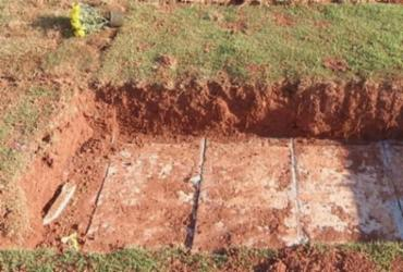 Ao enterrar esposa, filho descobre que caixão da mãe sumiu de túmulo | Reprodução