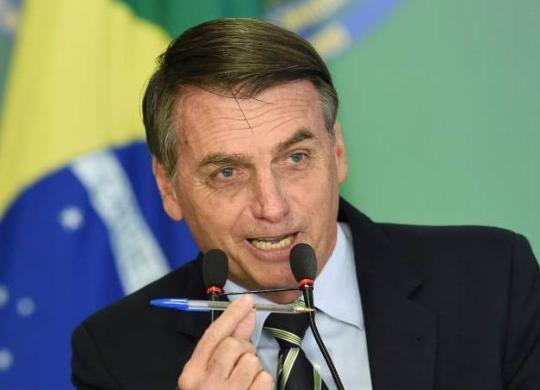 Bolsonaro dá canetada que eleva próprio salário e de ministros em até 69%   Evaristo Sá   AFP