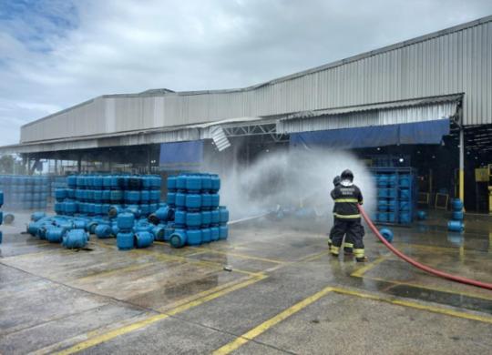 Bombeiros concluem trabalho de rescaldo em empresa de gás que explodiu | Divulgação | CBMBA