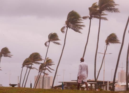 Frente fria deixa o mar agitado e traz ventos fortes ao litoral de Salvador; veja fotos | Olga Leiria | Ag. A TARDE