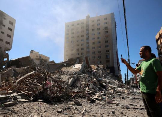 Bombardeio de Israel destrói escritórios internacionais de imprensa e mata 8 crianças em Gaza | Mohammed ABED / AFP