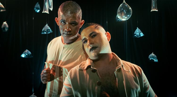 Os atores Antônio Marcelo e Daniel Arcades, que personificam Alagoinhas Nova e Velha, respectivamente   Foto: Og Cerqueira   Divulgação