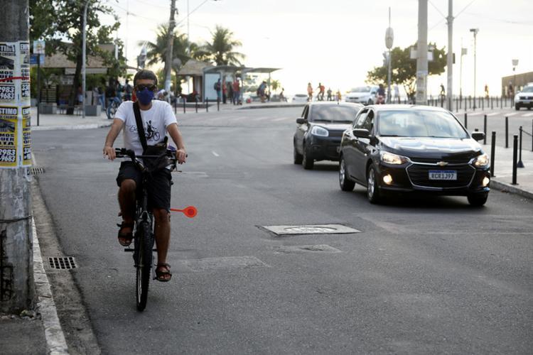 O professor Pablo Florentino percebe que ciclistas são vistos como empecilhos | Foto: Felipe Iruatã | Ag A TARDE | 11.09.2020