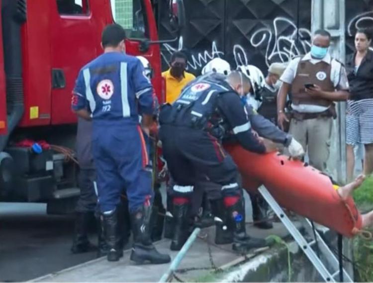 Acidente aconteceu na Av. Jorge Amado, na região do Imbuí   Foto: Reprodução   TV Bahia - Foto: Reprodução   TV Bahia