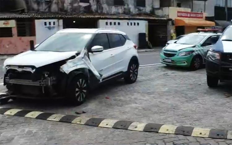 A parte frontal do carro ficou bastante danificada, mas o trânsito no local não foi afetado   Foto: Reprodução - Foto: Reprodução