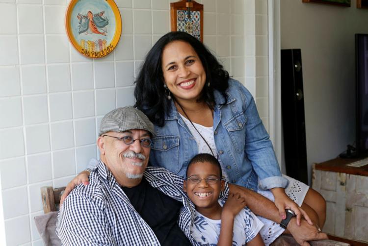 Carine Cidade e João Dantas conheceram o filho Luís em uma visita a um abrigo | Foto: Adilton Venegeroles | Ag. A TARDE - Foto: Adilton Venegeroles | Ag. A TARDE