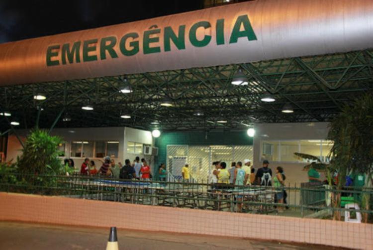 Jovem sofreu ferimentos no pescoço e abdômen | Foto: Joá Souza | Ag. A TARDE - Foto: Joá Souza | Ag. A TARDE