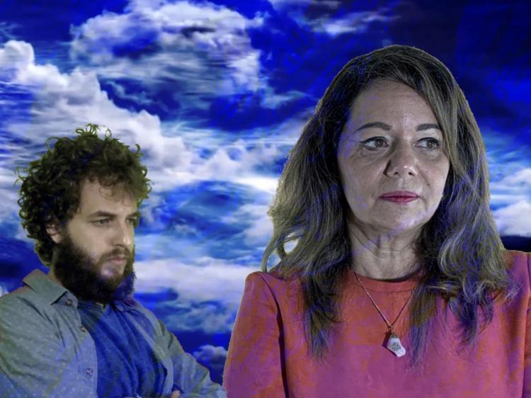 Os intérpretes Andréa Elia e Edu Coutinho em cena da montagem que acontece ao vivo em espaço virtual - Foto: Ramon Gonçalves / Divulgação