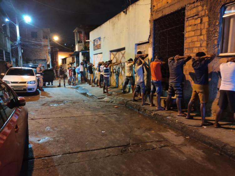 Seis equipamentos sonoros foram apreendidos e a multidão foi dispersada - Foto: Divulgação