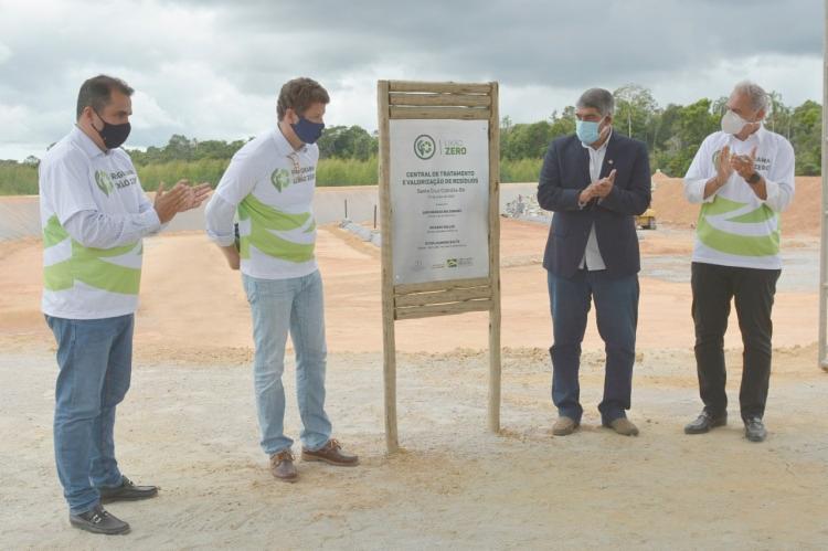 Diretor Vítor Souto, o ministro Ricardo Salles, o prefeito de Cabrália (Agnelo) e o superintendente da Naturalle Paulo Abud - Foto: Adelmo Borges