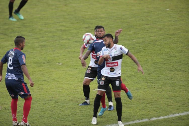 Atlético e Bahia de Feira empataram em 2 a 2, ontem, no Estádio Carneirão, em Alagoinhas - Foto: Adilton Venegeroles / Ag. A Tarde
