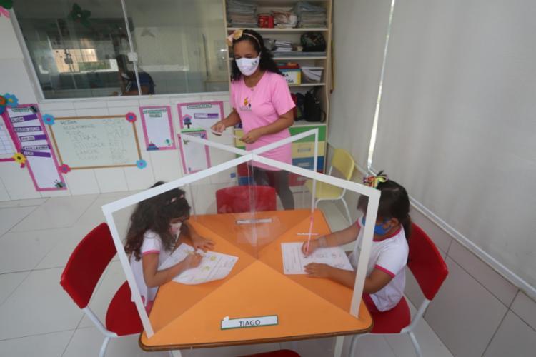 Educadores da escola particular Villa Encantada retornaram ao trabalho nesta segunda-feira, 3 I Foto: Olga Leiria | Ag. A TARDE - Foto: Olga Leiria | Ag. A TARDE