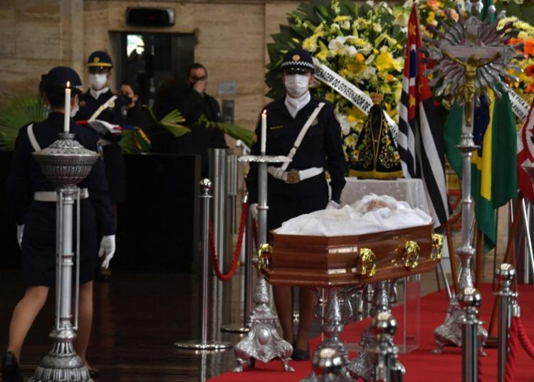Caixão deixou a sede da Prefeitura de São Paulo, no centro da cidade, por volta das 14h30 | Foto: Nelson Almeida | AFP - Foto: Nelson Almeida | AFP