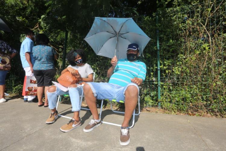 Edson do Rosário, 58 anos, chegou a levar cadeira para enfrentar a fila | Olga Leiria | Ag. A TARDE - Foto: Olga Leiria | Ag. A TARDE