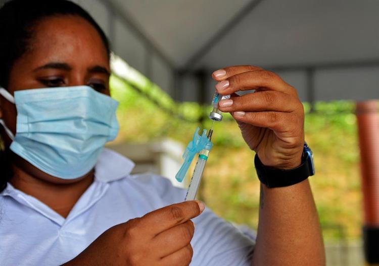 Aplicação das 1ª e 2ª doses dos imunizantes seguem na capital baiana | Foto: Shirley Stolze | Ag. A TARDE - Foto: Shirley Stolze | Ag. A TARDE