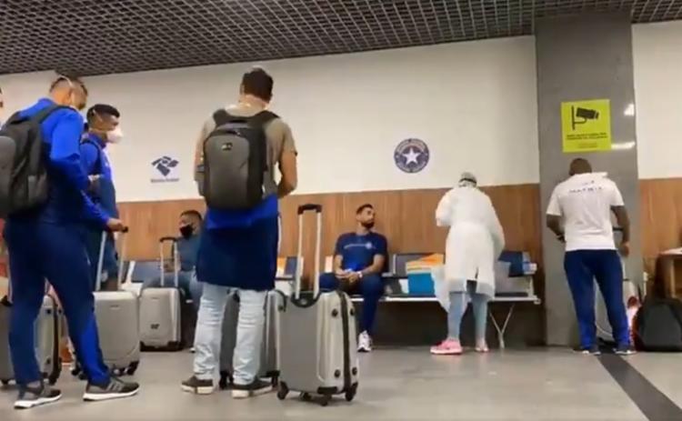 Ainda no aeroporto, a delegação realizou exames de RT-PCR para a detecção da Covid-19 | Foto: Reprodução - Foto: Reprodução