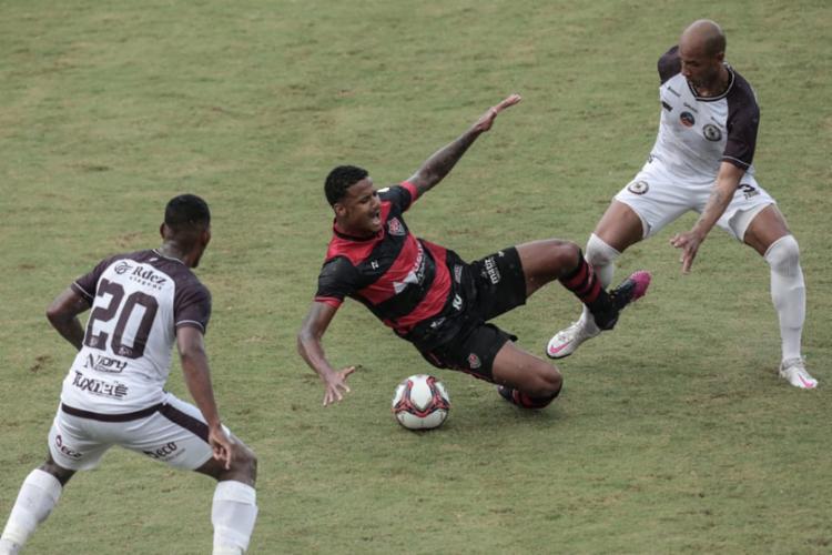 A 'Lei do Ex' imperou no Barradão, com dois gols relâmpagos do atacante Dinei | Foto: Uendel Galter | Ag. A TARDE - Foto: Uendel Galter | Ag. A TARDE