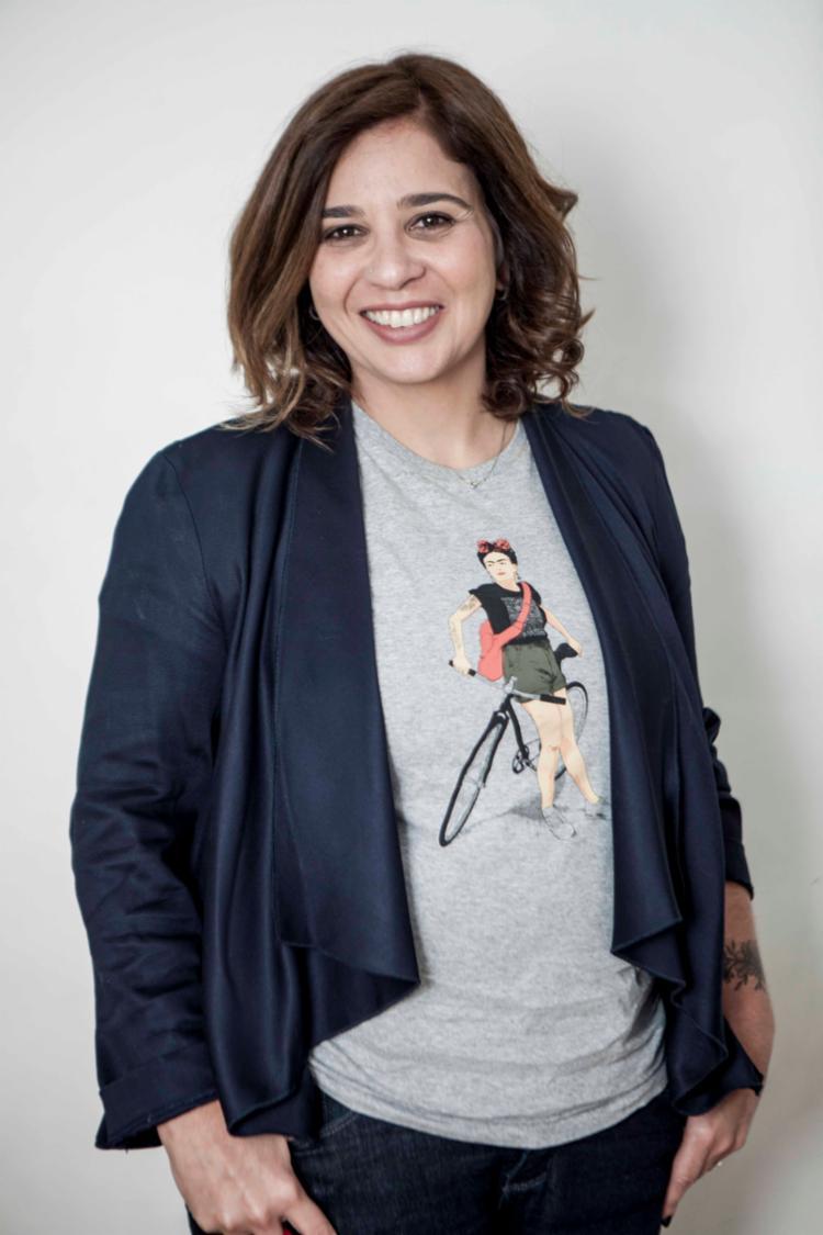Formada em Jornalismo, Ana Holanda diz que costuma se definir como uma apaixonada pelas palavras. - Foto: Lúcio Telles/Divulgação
