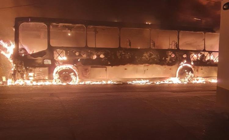 Veículo ficou completamente destruído pelas chamas | Foto: Reprodução | Redes Sociais - Foto: Reprodução | Redes Sociais