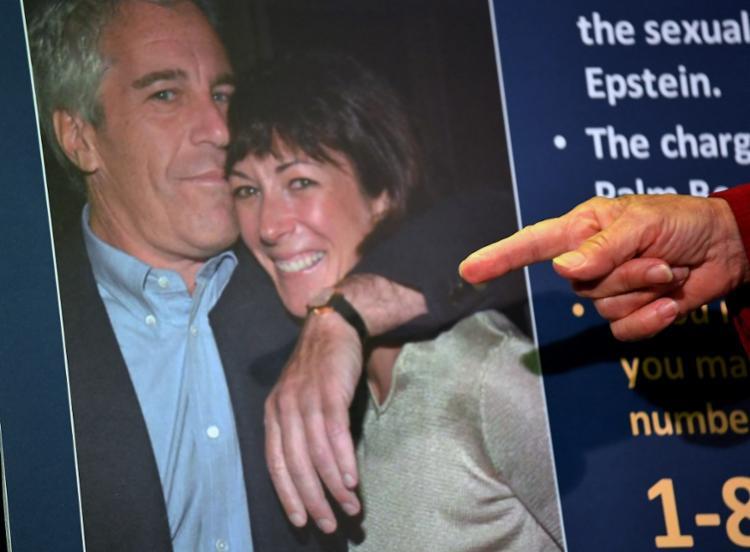 A ex-namorada de Jeffrey Epstein é acusada de ter recrutado jovens para que oferecessem serviços sexuais ao bilionário - Foto: AFP
