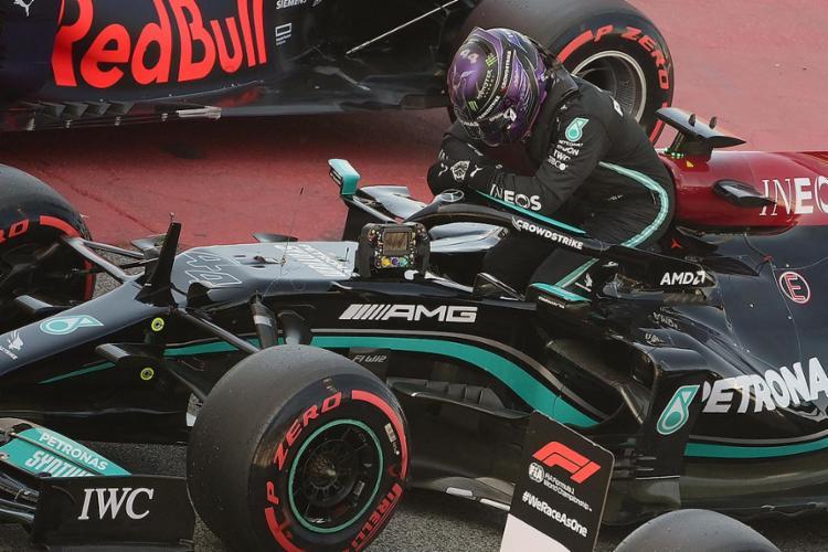 O piloto britânico da Mercedes ficou emocionado após conquistar feito histórico na categoria | Foto: Lluis Gene | AFP - Foto: Lluis Gene | AFP