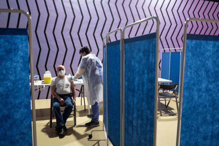 Páis europeu tem aliado medidas de restrição de pessoas com vacinação em massa para combater a pandemia   Foto: Marco Bertorello   AFP - Foto: Marco Bertorello   AFP