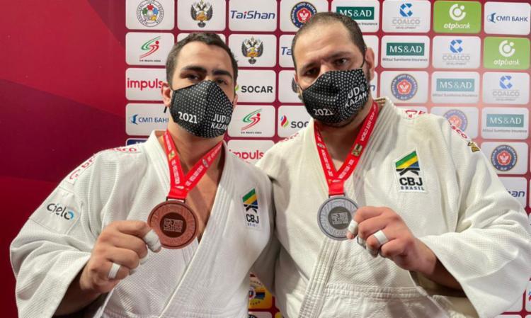 Rafael Silva Baby (à dir.), acima dos 100 kg, foi vice-campeão nesta sexta-feira, 7   Foto: Reprodução Twitter   CBJ - Foto: Reprodução Twitter   CBJ