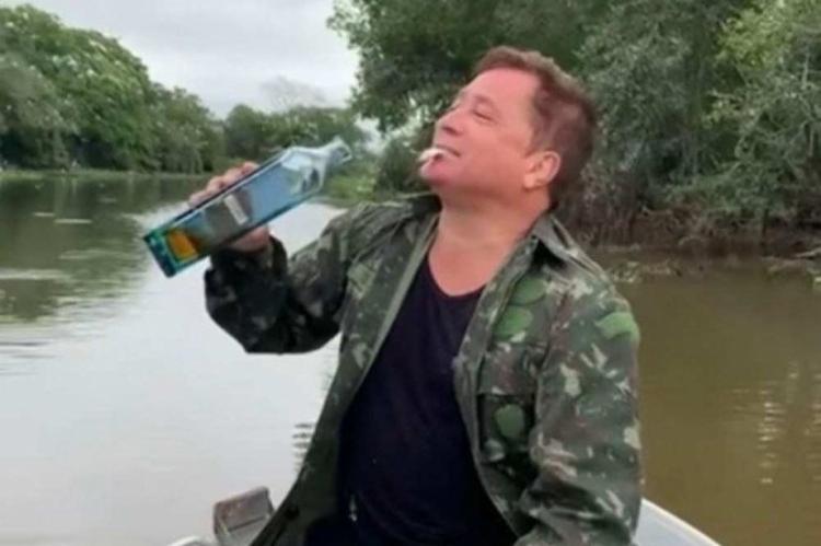 O cantor aproveita para beber uma bebida alcoólica logo em seguida   Foto: Reprodução   Instagram - Foto: Reprodução   Instagram
