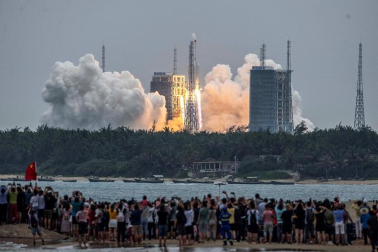 Pessoas assistem ao lançamento do foguete Long March 5B no Centro de Lançamentos de Wenchang em 29 de abril I Foto: STR I AFP - Foto: AFP
