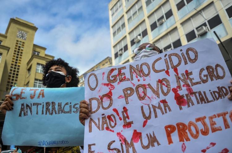 Cartazes foram levados pelos manifestantes | Foto: Felipe Iruatã | Ag. A TARDE - Foto: Felipe Iruatã | Ag. A TARDE