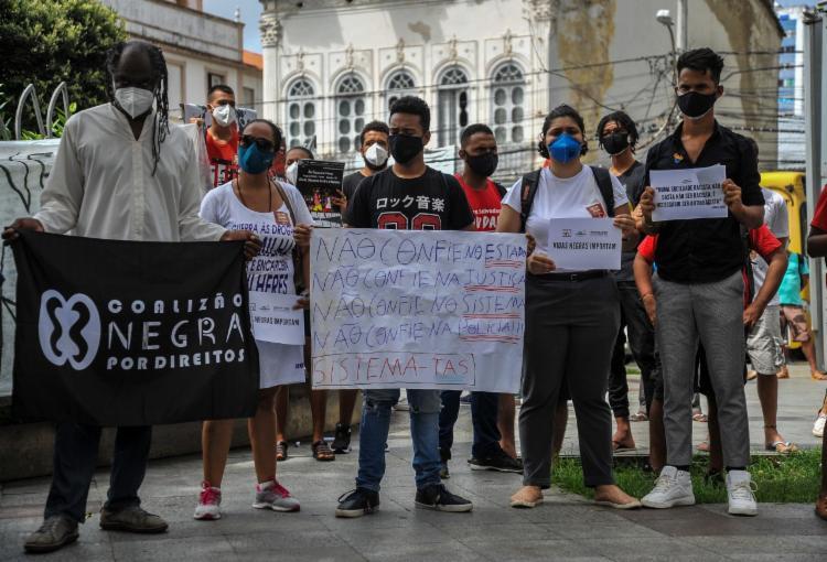Manifestantes na praça a Piedade | Foto: Felipe Iruatã | Ag. A TARDE