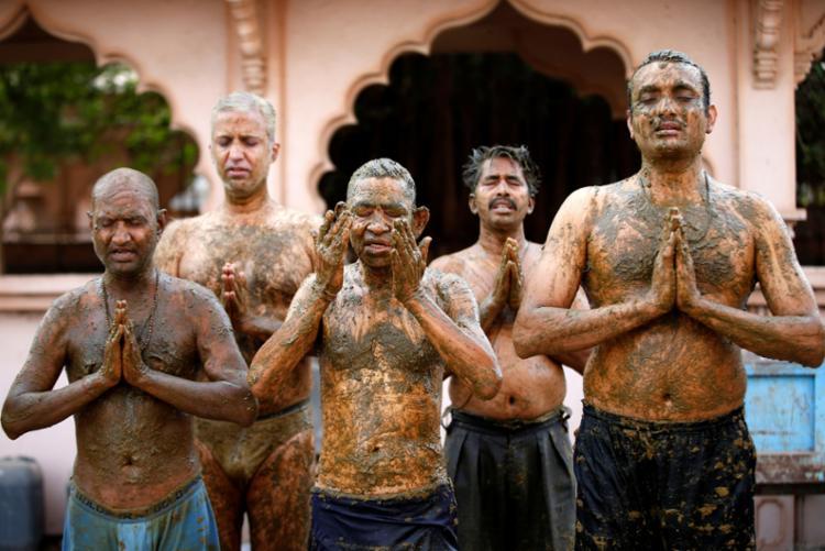Prática é ligada ao hinduísmo e não tem nenhuma eficiência para combater o coronavírus I Foto: Reprodução - Foto: Reprodução