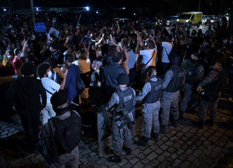 Operação gerou protestos ao longo desta sexta-feira | Foto: Carl de Souza | AFP - Foto: Carl de Souza | AFP