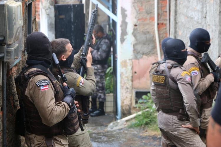 Após incidente, equipes da Rondesp fizeram cerco a suspeitos em imóvel e negociam rendição - Foto: Alberto Maraux/SSP