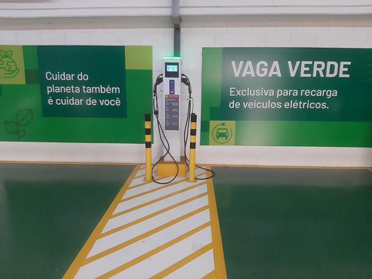 Home Center Ferreira Costa instala ponto de recarga de veículos elétricos, graças a parceria com as marcas BMW, Volvo, WEG e Jaguar | Fotos: Divulgação - Foto: Divulgação