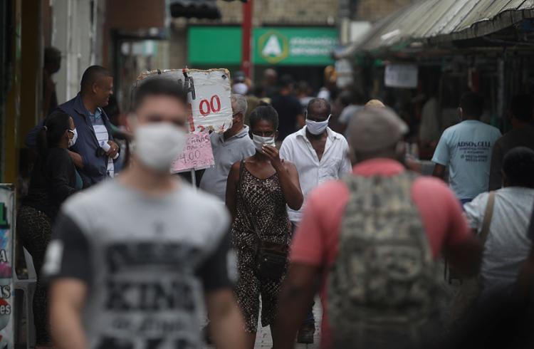 Infectologista afirma que, para evitar nova alta, é necessário acelerar ritmo de vacinação e uso de máscara   Foto: Felipe Iruatã   Ag. A TARDE - Foto: Felipe Iruatã   Ag. A TARDE