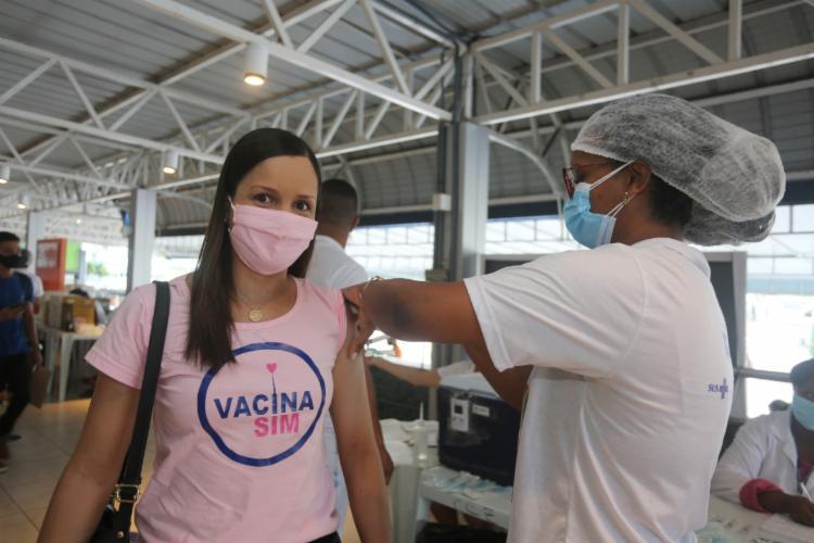 Professora de Língua Portuguesa do IFBA, Waleska Moura foi vacinada na manhã desta quarta, 5   Foto: Olga Leiria   Ag. A TARDE - Foto: Olga Leiria   Ag. A TARDE