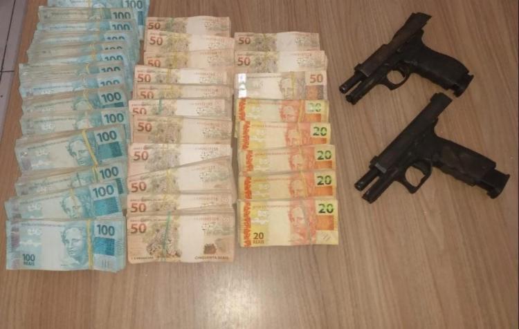 Cerca de R$ 236 mil e armas foram encontrados com os suspeitos | Foto: Divulgação | SSP - Foto: Divulgação | SSP