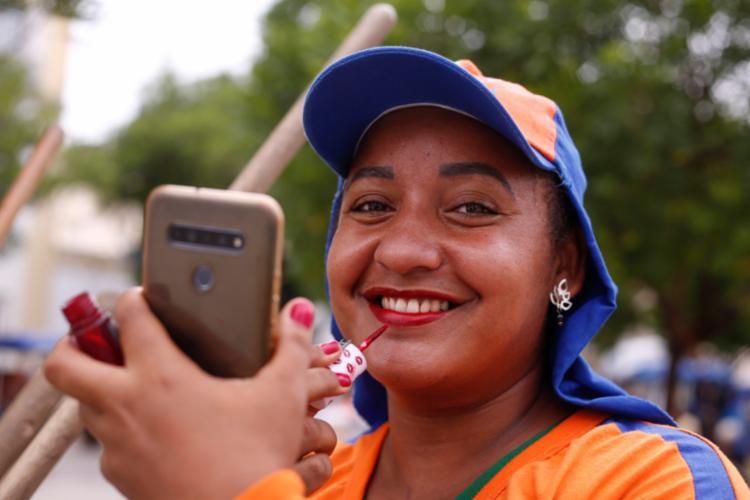 Taiane Pereira, 29 anos, não perde a vaidade durante a jornada de trabalho