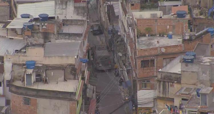 O tiroteio aconteceu na favela do Jacarezinho, Zona Norte do Rio. Um policial civil André Farias está entre as vítimas fatais. Foto: Reprodução TV Globo. - Foto: Reprodução TV Globo