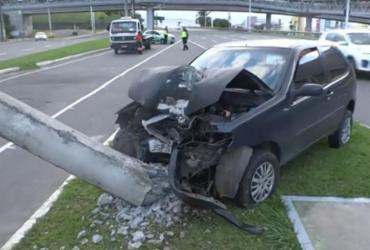 Carro bate e derruba poste na avenida Paralela | Reprodução | TV Bahia