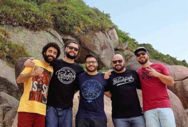 Uma das principais bandas do reggae nacional contemporâneo, a Maneva celebra 15 anos de chacundum com o álbum de inéditas | Divulgação